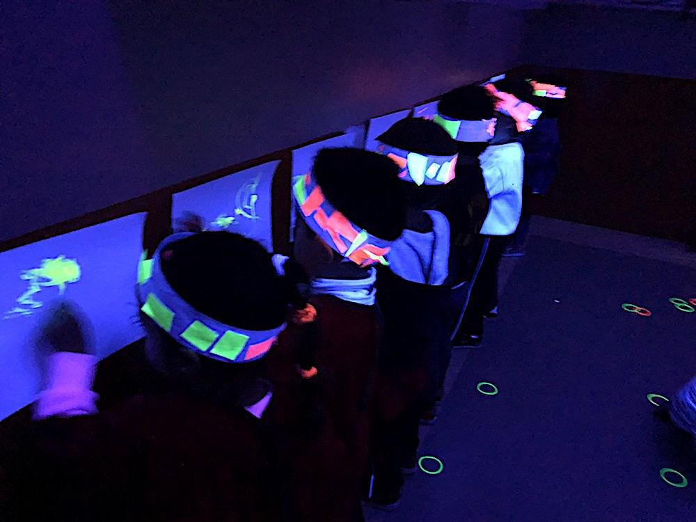 En Kinder 3 pintaron con luz ultravioleta