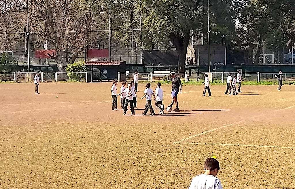 Los chicos de 4° a 7° grado entrenaron fútbol y las chicas handball