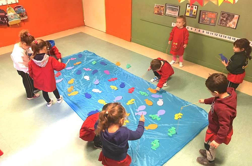 En Kinder 3 pescaron peces de colores