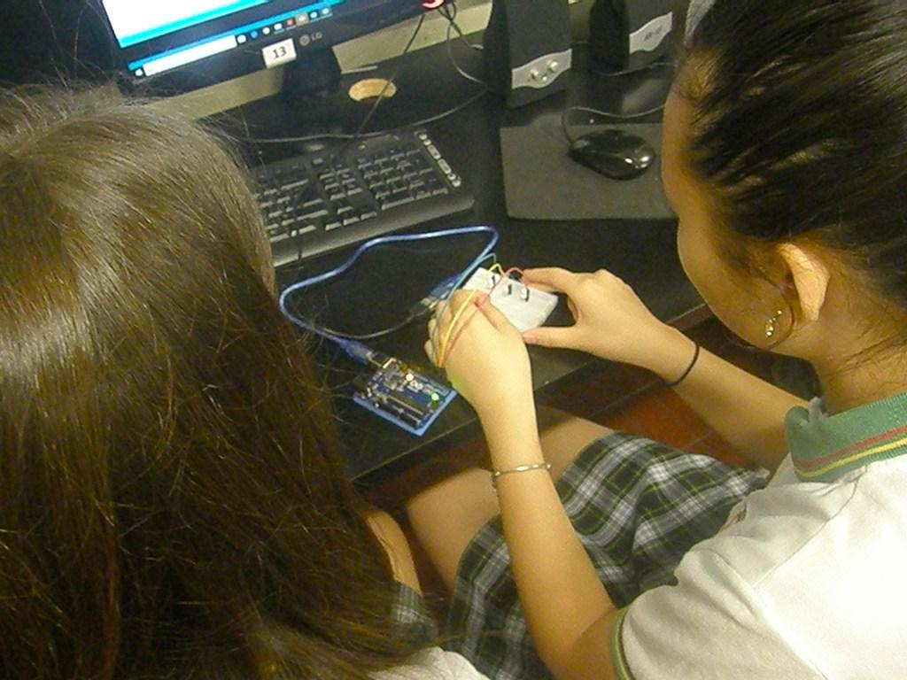Los alumnos de 7º B trabajaron en robótica programanado un semáforo
